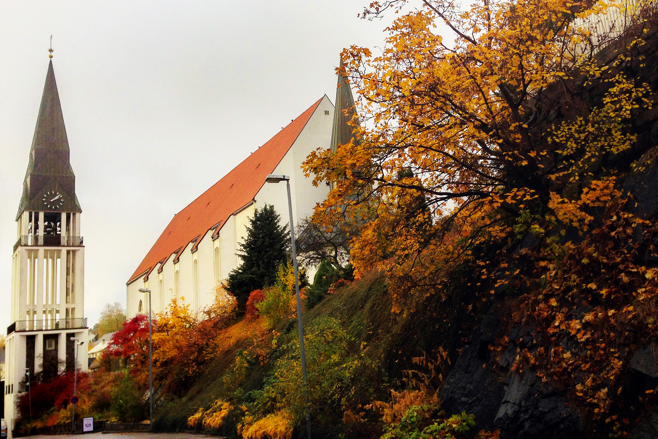 Molde cathedral by autumn.jpg
