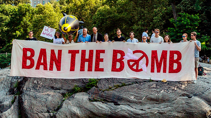Demonstranter fra ICAN (International Campaign to Abolish Nuclear Weapons) i New York's Central Park forrige uke. (Foto: ICAN)