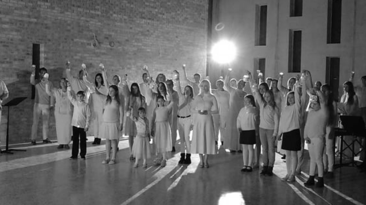 "Koret ""Mission Choir"" spiller inn musikkvideo til ""Õnnistegija"" i november 2020."