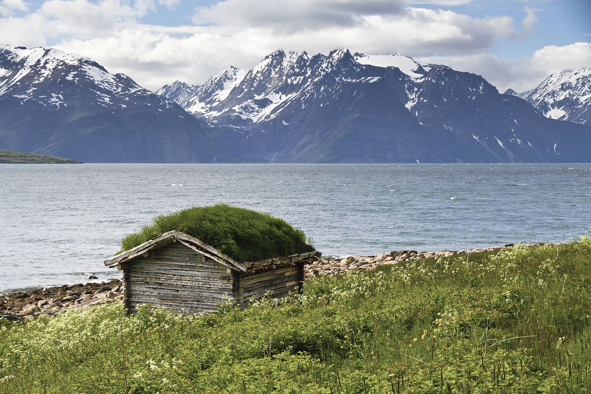 Shed_with_green_roof_at_Lyngen_fjord,_2012_June.jpg